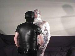 Huevón envuelve cinta alrededor de su cuerpo entero!