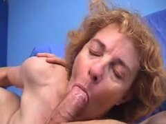Abuela peluda francesa le encanta conseguir un taladro rápido anal