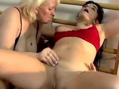 Abuela gorda follando con pareja joven