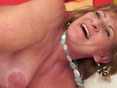 Abuela tetona perforado después de estimulación erótica sensual. Abuela tetona en medias perforado después de estimulación erótica sensual