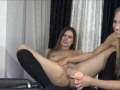 Lesbianas niñas juega enormes dildos en Webcam show