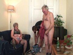 La abuela toma dos pollas después de la masturbación