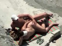 Par de diletante y escena en película voyeur playa sexo místicamente filmado en cámara espía, estos dos aficionados fueron capturados por la cámara mientras ellos disfrutaban del sexo en la playa. Ella miente en su lado mientras él penetra su agujero espe