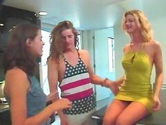 Chicas sexy follan un tío en un trío de locos de la cocina