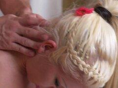 Rubia de tetas grandes golpea a su masajista. Rubia de enormes tetas envuelto en toalla recibiendo masaje cuello de hábil masajista masajea sus tetas y libras su coño afeitado en sala de masajes