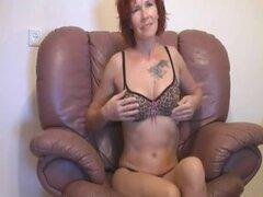 Redhead diletante anciana que azota y follando en el sofá