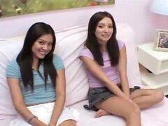 Hermosa chica lesbiana de Chloe y ámbar jugando en doblar abajo sofá sobre lesbianas chica