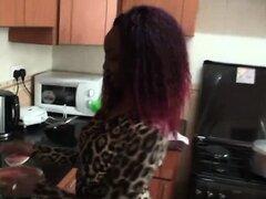 Cocina de polla blanca de caballo africano chica interracial