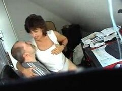 Sexo oculto cam clip muestra una pareja follando, la escena de sexo voyeur muestra una caliente pareja amateur follando y no tiene idea de que están siendo observados en cámara.
