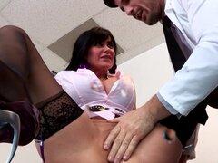 Pechugón squirting pussy babe follada por el doctor