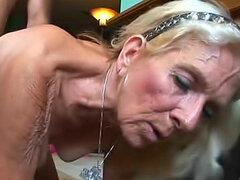 Rubia abuela en vagina peluda