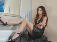 Chicas asiáticas - no porno - 191. sexy chica posando y burlas en un vestidito sexy y tacones altos