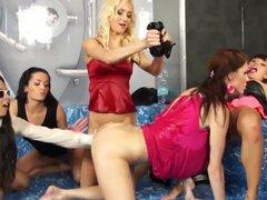 Euro lesbianas orinando durante el grupo ducha