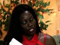 Horny babe africana no puede decidir en que las medias para follar