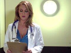 Doctor nena lleva ropa interior debajo de su ropa de trabajo y le encanta follar