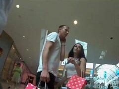 Chica caliente los jefes a su novio alrededor, seguí esta pareja por el centro comercial y en una tienda de equipo de deporte grande, y estaba claro quién es el jefe en su relación. Todavía, cuando ves cómo caliente y sexy se ve en esa minifalda y con bue