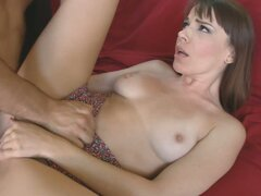 Morena de piel pálida Dana DeArmond alcanza el orgasmo cuando él come su coño