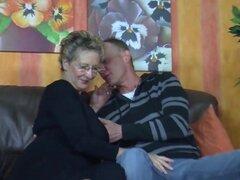 Hombres maduros con sexo caliente de niña en sofá