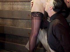 Oral sexo la manera dominante - mamadas y cunilingus, dar y recibir sexo oral es una parte sensible y vulnerable de la sexualidad, puede ser difícil para algunos tops BDSM mantener un papel de dominio en todo. Danarama y Mona Wales demuestran sorprendente