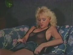 Dos peludas retros lesbianas chicas calientes disfrutando de una gran cogida, lesbianas dulce con peinados vintage follando cada other.s caliente coños antes de empezar a lamer y acariciar duro.