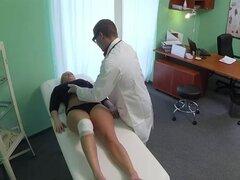 Rubia tetona arroja a chorros mientras dedo consigue follada por el doctor
