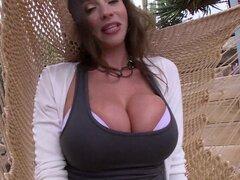 Ariella Ferrera batir tanto de sus magníficas tetas gigantes - Ariella Ferrera