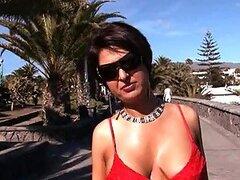 Milf tetona parpadea su jarras ronda en una nudista playa