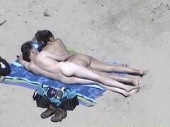 Mujer sexualmente lasciva con parachoques grandes en Playa da cook haciéndose una paja al marido sin saber que se filman, esposa cachonda con grandes tetas en la playa le da handjob a marido sin saber que se filman