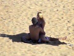 Escena de cam ocultos con unos golpes en la pose de vaquera en la playa, estos chicos deben pensar que nadie está mirando a ellos, es por eso que están haciendo el amor en una playa y disfrutarla mucho.