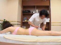 Deliciosa tetona Jap hacinados por detrás durante el masaje, deliciosa flaca puta japonesa con tetas muy grandes se algunos dicking grave durante la sesión de masaje rizado y parece muy emocionada con él. Todo se observa en este clip de sexo japonesa voye