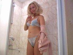 Linda rubia toma una meada en la bañera