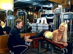 Puma Swede, la rubia MILF es follada áspero en gimnasio
