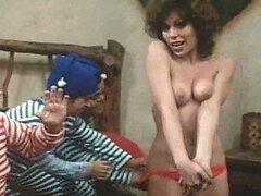 Cachonda chica Retro Anne Gaybis lo muestra todo en una caliente escena Musical