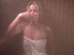Sensual Retro Bo Derek Rubio llevando solo una toalla en una Sauna de vapor
