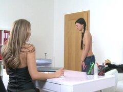 Sexy tanga lesbiana en casting. Linda chica llegó en la entrevista para el trabajo y fue recibida por el agente de casting lésbico en tanga sexy y medias negras lamió sus Clits hasta el orgasmo
