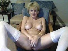 Madura tetona se masturba con dildo en webcam