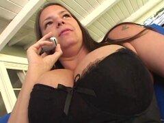 Mujer morena con tetas grandes consigue follada en medias de nylon y ropa interior - Carrie Moon