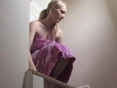 Altura rubia en vestido púrpura permite una blusa abajo destellos, muy juguetón y bastante altura rubia en un vestido largo color púrpura muestra sus atributos en un estilo genuino upskirt en este libre abajo video de blusa que hará girar tu mente.