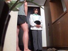 Madura amateur japonesa con pelo natural de entregar un trabajo de mano de luscoius luego da una mamada