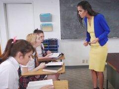 Estudiantes lesbianas traviesos follan venganza por maestro. Los estudiantes lesbianas traviesos estaban jugando en la clase y su profesor se enfadó y uno de ellos le da una paliza con un gobernante como una venganza estos adolescentes se veneran de ella