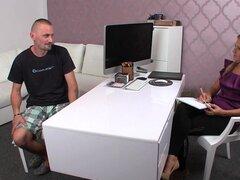 Masturbación masculina mientras ve la agente femenina, masculina mayores bisexuales vino para casting entrevista con sexo agente mujer Euro entonces masturbaba su pene mientras ve su coño y su asistente disparos