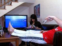 Chica española folla a su hombre mientras miran el juego