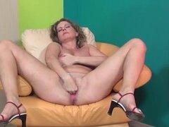 Señora madura cachonda le encanta estirar su Parte2. Señora madura cachonda le encanta estirar su Parte2.
