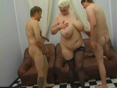 Rusa madre madura seduciendo a joven en vestido de seda pt1