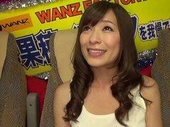Pornstar japonesa cachonda folla a un fan en un autobús público - Kaho Kasumi