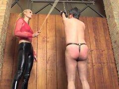 Los azotes con vara por caliente amante - exponer su culo, esclavo!, ama rubia caliente (Emperatriz Victoria de Sado) castiga a su esclavo con la caña