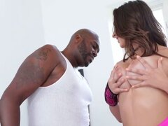 Tetona Ashley Adams se burla y se la folla una gran polla negra. Mirando tan caliente en un sexy vestido rosa, naughty teen Ashley Adams se burla legendaria Lexington Steele pensar sólo su enorme polla negra y sexo interracial antes, revela su gran polla