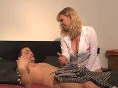 Checa MILFs Sexo Anal, enfermera de pelo, edad oro recibe un wang en su botín en esta escena de la película anal hardcore.