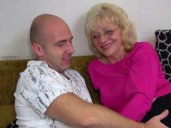 Abuela con gafas recibiendo su coño peludo lamió y digitación