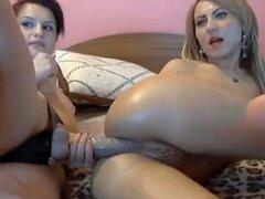 Seductoras lesbianas caliente correa cogida anal en webcam. Correa hot lesbianas seductoras lesbiana anal cogida anal en webcam